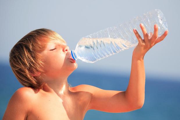 Microplastiques dans l'eau potable: risques encore faibles pour la santé