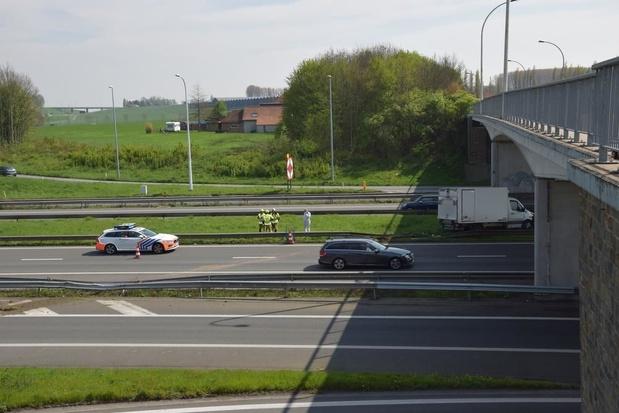 Bestelwagen rijdt door vangrails, schade beperkt
