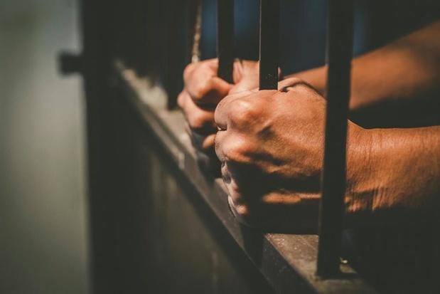 Handtastelijke caféganger riskeert celstraf nadat hij met barkruk naar bazin gooit