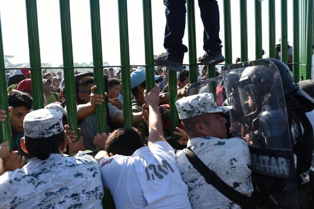 Migrantenkaravaan probeert Mexico binnen te raken