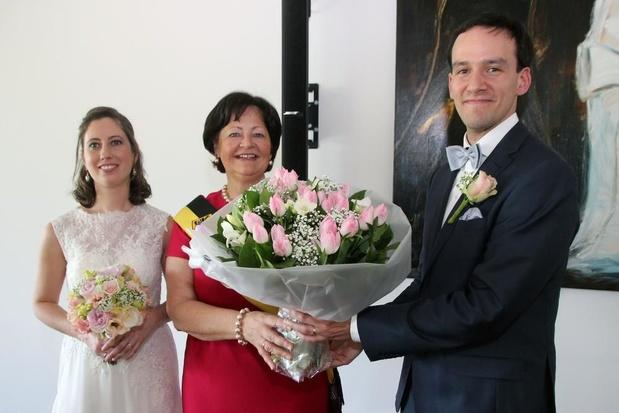 Jarige schepen Eliane Spincemaille krijgt bloemen van bruidegom