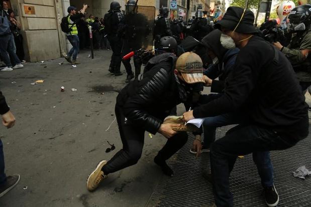 """1er mai : des """"Blacks blocs"""" violents font irruption dans un hôpital à Paris"""