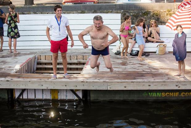 Burgemeester neemt duik in zwemzone aan Coupure