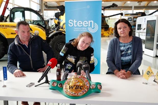 Delfine Persoon zet handtekening onder contract voor superkamp in New York