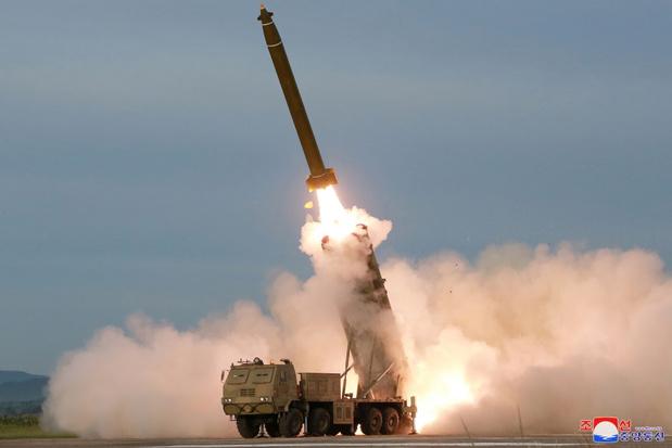 Noord-Koreaanse leider Kim superviseerde test 'supergrote raketwerper'