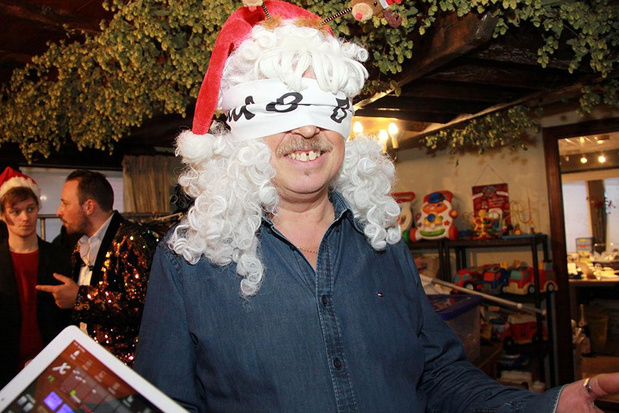 'Kerstvrouw' Jan reikt geblinddoekt VBRO-cadeaus uit aan bezoekers