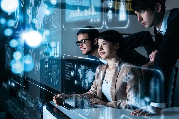 Le poste de travail devient numérique, devant et derrière les écrans
