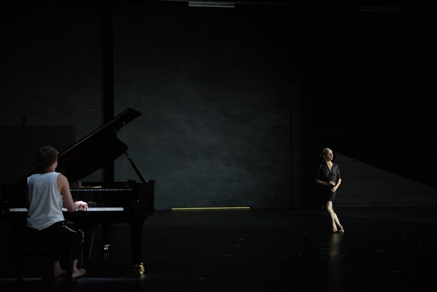 Anne Teresa De Keersmaeker danst als meisje, mama en minzame meesteres in Rosas' 'The Goldberg Variations'