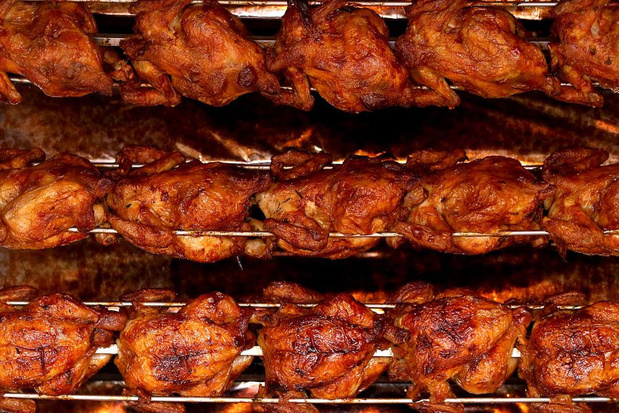 Smullen van kip aan 't spit voor de harmonie in Oostvleteren
