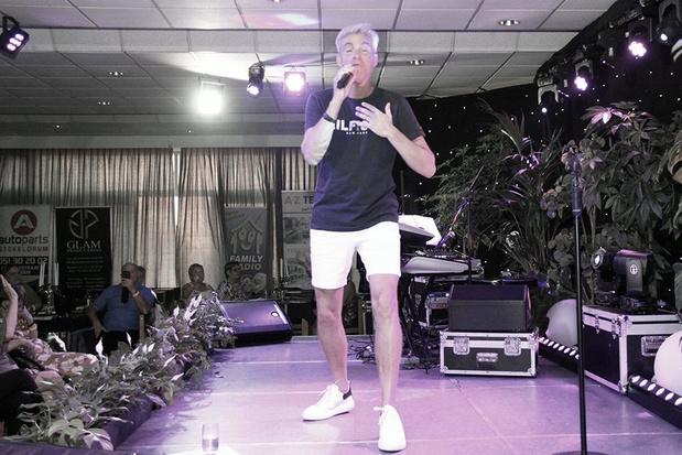 Herbert Verhaeghe zingt op laatste zomerdag in short op het podium