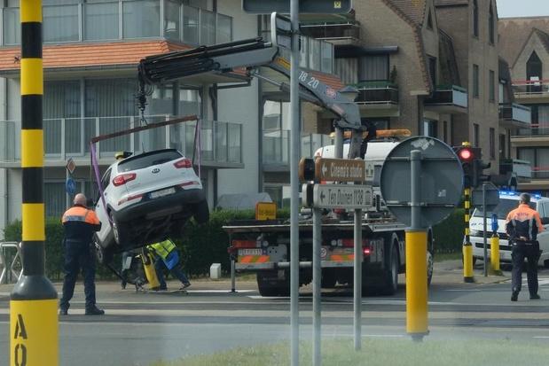 Wagen botst tegen verkeerspaal in Koksijde