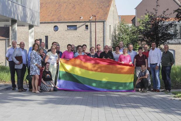 Zedelgemse gemeenteraad schaart zich achter regenboogvlag