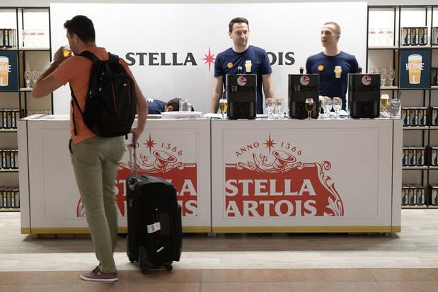 AB InBev schenkt gratis bier op de luchthaven