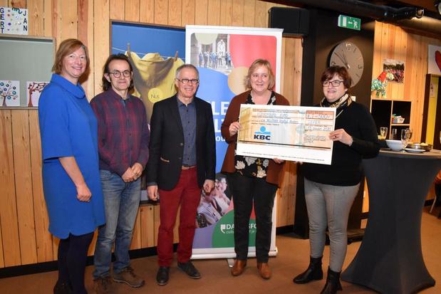 Davidsfonds Ieper schenkt 500 euro aan Westhoek Vrijetijd Anders