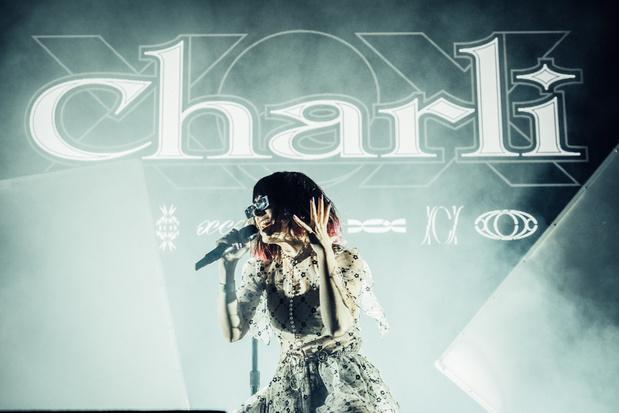 Charli XCX bewees zich in de AB als twerkende teletijdsmachine