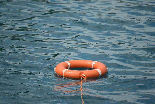 Jongen (18) van verdrinkingsdood gered nadat rubberbootje kapseist in Lombardsijde