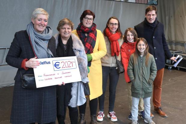 Rozenweelde en Zonnehart nemen cheque van ruim 2.000 euro in ontvangst