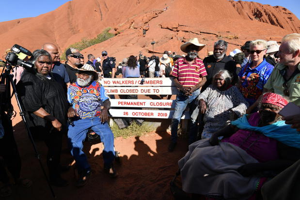 Toeristen beklimmen Uluru voordat deze permanent gesloten wordt
