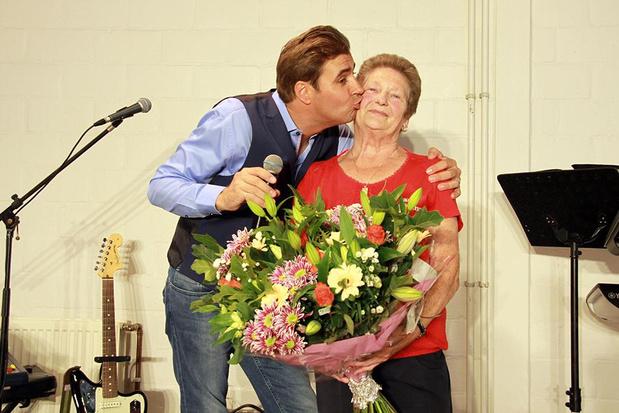 Jarige 'Krak van Staden 2009' Jeanette Gevaert uit Oostnieuwkerke krijgt bloemen van Jan Wuytens