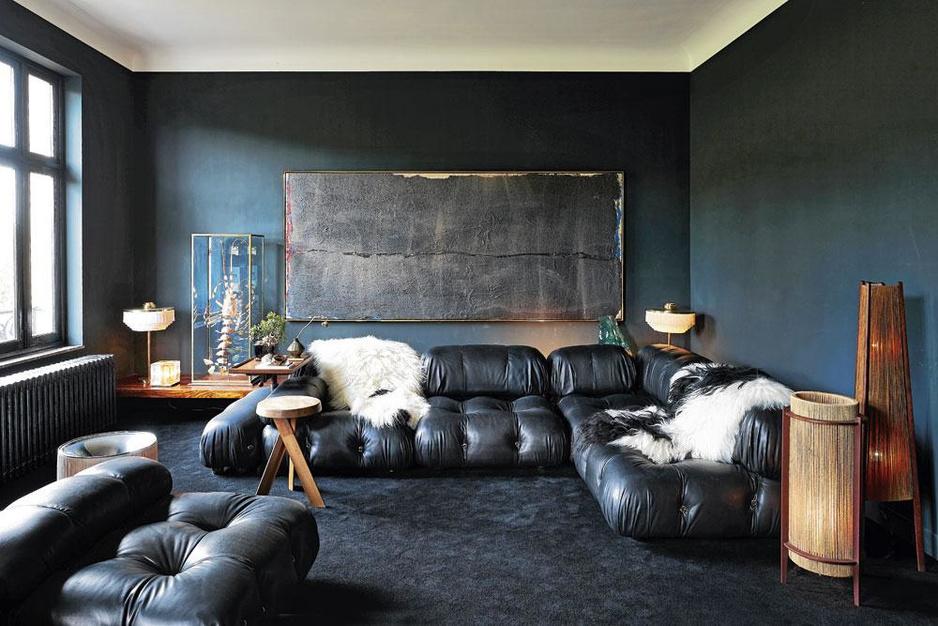 Volledig zwart geschilderd appartement: 'Ik wilde de knusse sfeer van een café'