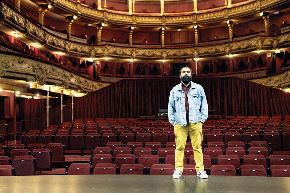 Theatermaker Mokhallad Rasem: 'Het eerste wat ik deed in het asielcentrum, was mijn haar afscheren'