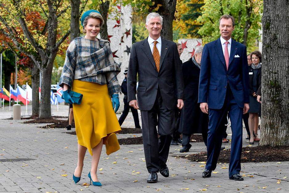 La reine Mathilde fidèle à ses créateurs fétiches pour son voyage au Luxembourg (en images)