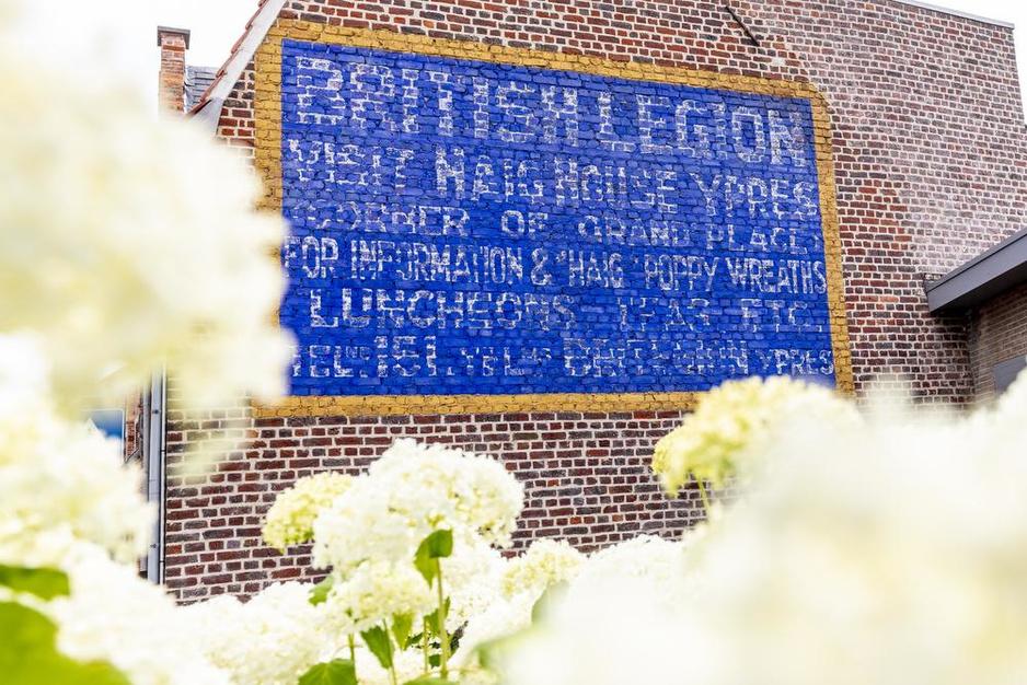 Ontroerend Goed: muuradvertentie voor Haig House in Ieper
