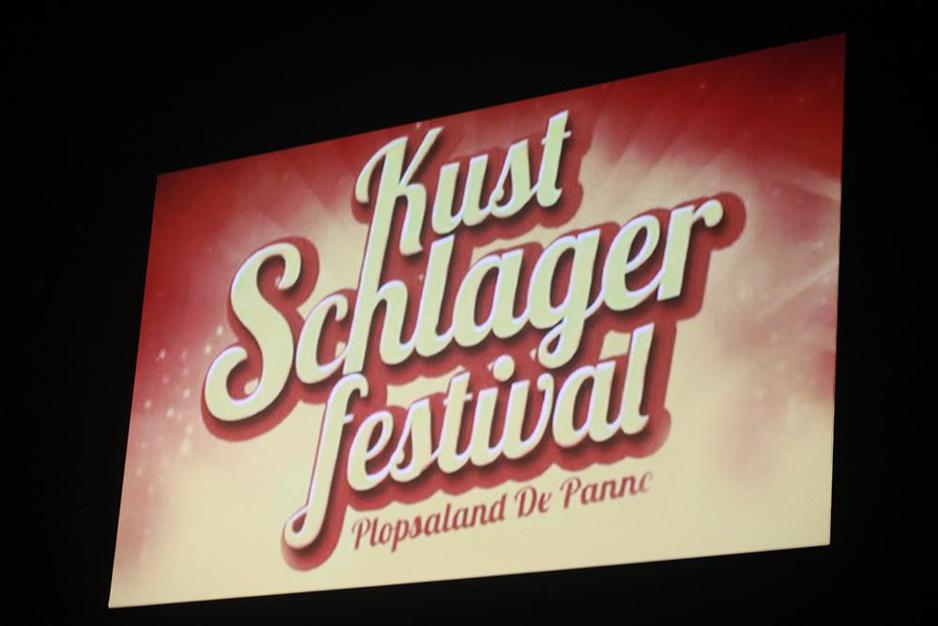 IN BEELD - Eerste Kustschlagerfestival in Plopsa Theater in De Panne