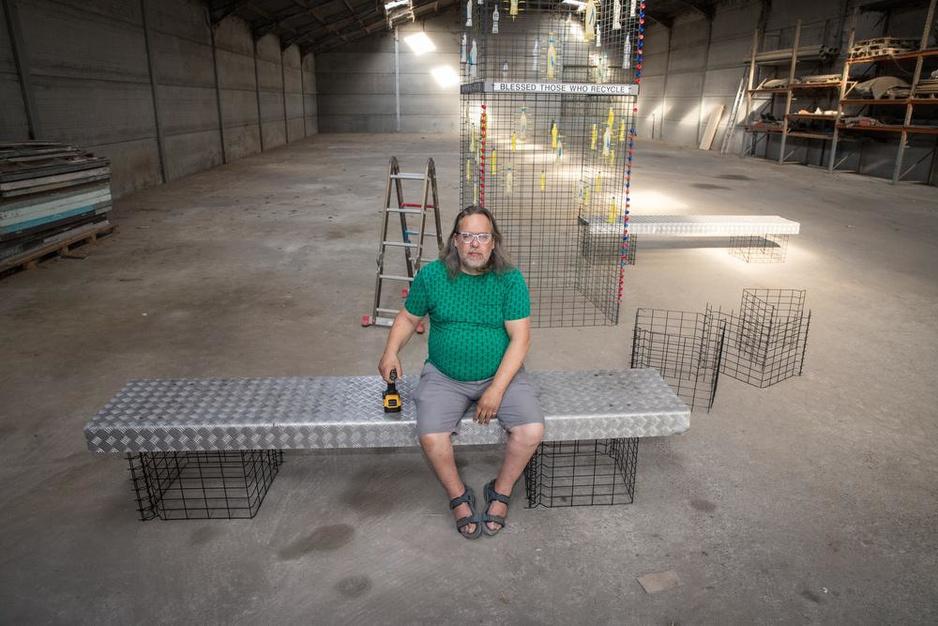 Heulenaar Carlo Herpoel maakt kunstwerk met afval op Pukkelpop