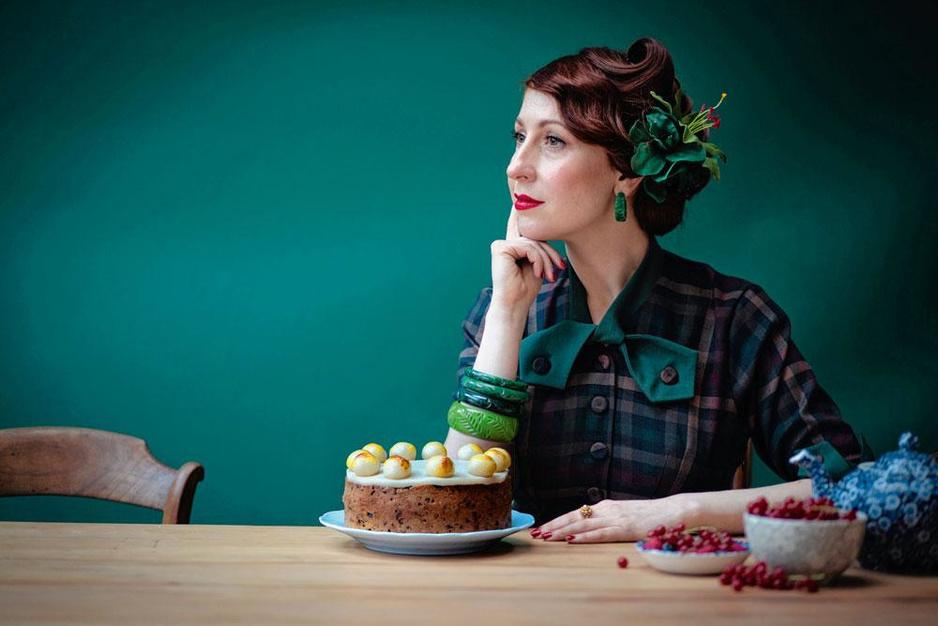 Regula Ysewijn schreef het Brits Bakboek: 'Het is meer dan ooit nodig elkaar beter te leren kennen met een goed stuk cake'