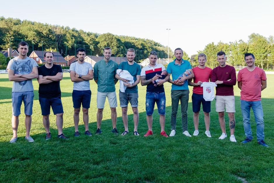 Een elftal aan papa's bij SK Elverdinge