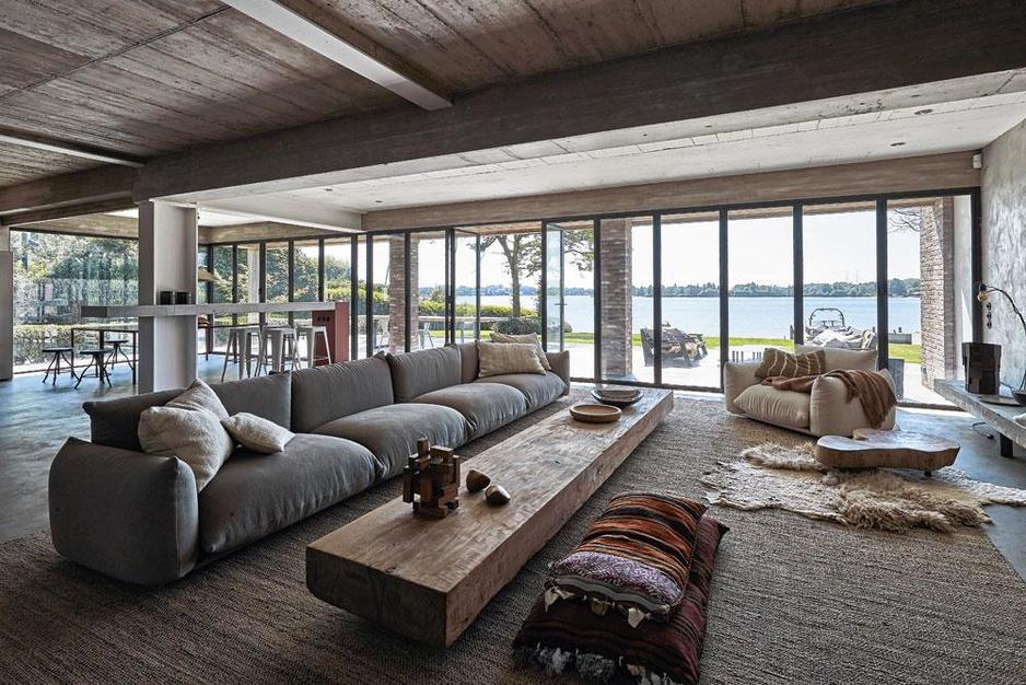 Huis aan het waterfront: interieurarchitecten nemen eightiesvilla drastisch onder handen