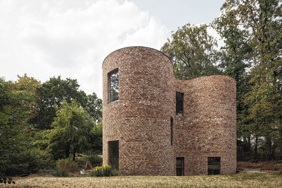 Robuuste woning met rondingen: 'Noem dit huis geen hedendaags kasteel'