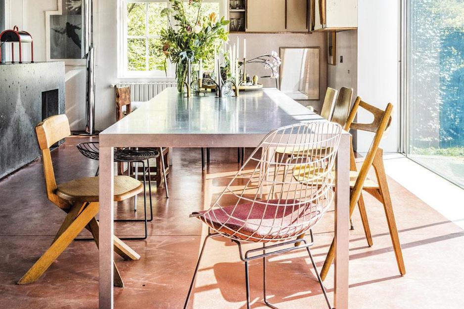 Schapenhuiden en designmeubelen: binnenkijken in een Engelse cottage