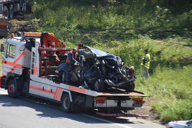 Vrachtwagen knalt tegen wagen op E403: geen gewonden, wel enorme ravage