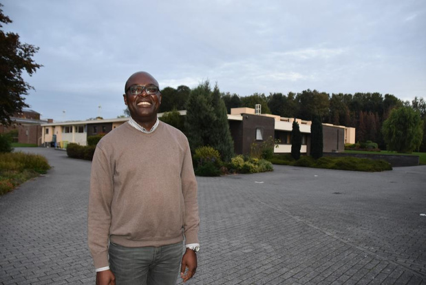 "André Kalumba is priester in vijf parochies in Kortrijk: ""Ik doe alles op z'n Vlaams"""