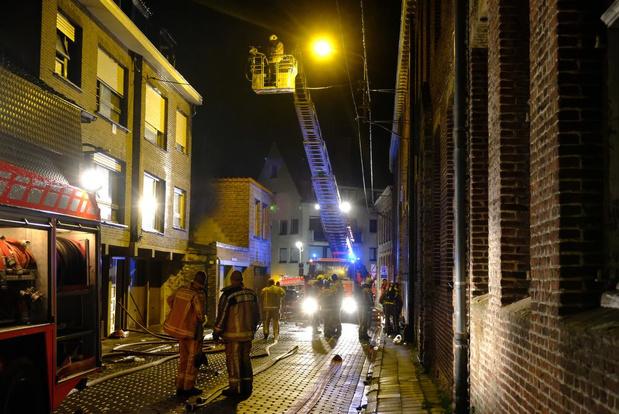 UPDATE - Dakappartement vernield door uitslaande brand in Poperinge, bewoner gearresteerd