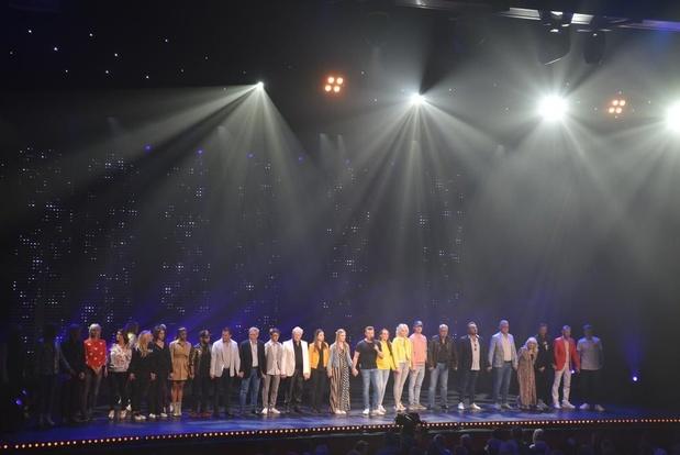Artiesten én publiek vormen één ketting tijdens stil moment voor Paul Severs bij Ment-opnames