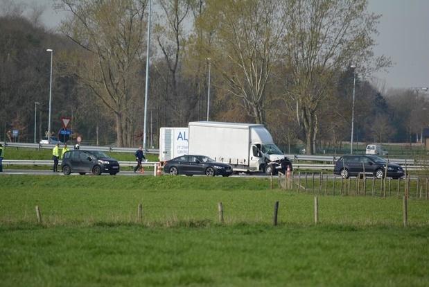 File op E403 in Torhout door ongeval met vrachtauto en vrachtwagen: MUG-heli ter plaatse