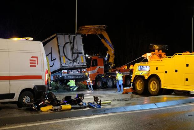 Zware hinder in de Kinderlaan in Nieuwpoort door vrachtwagen in gracht