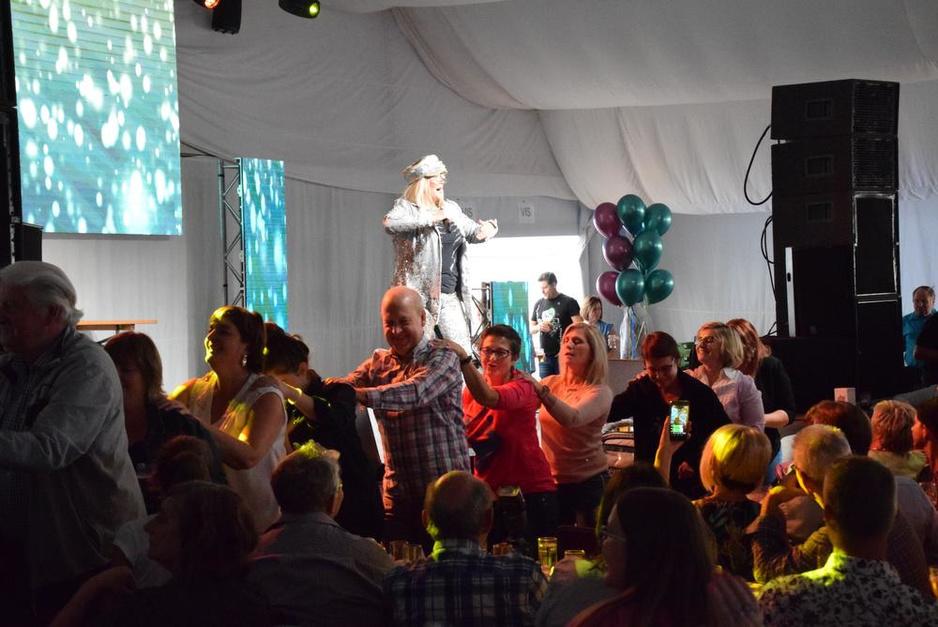 IN BEELD: Shirley Ghys uit Brakel zingt met Dennie Christian op het podium in Nederename