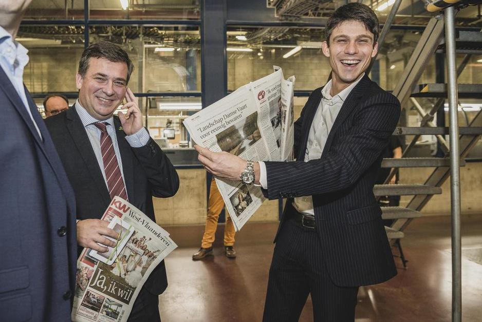Minister Dalle haalt eerste nieuwe De Krant van West-Vlaanderen van de persen