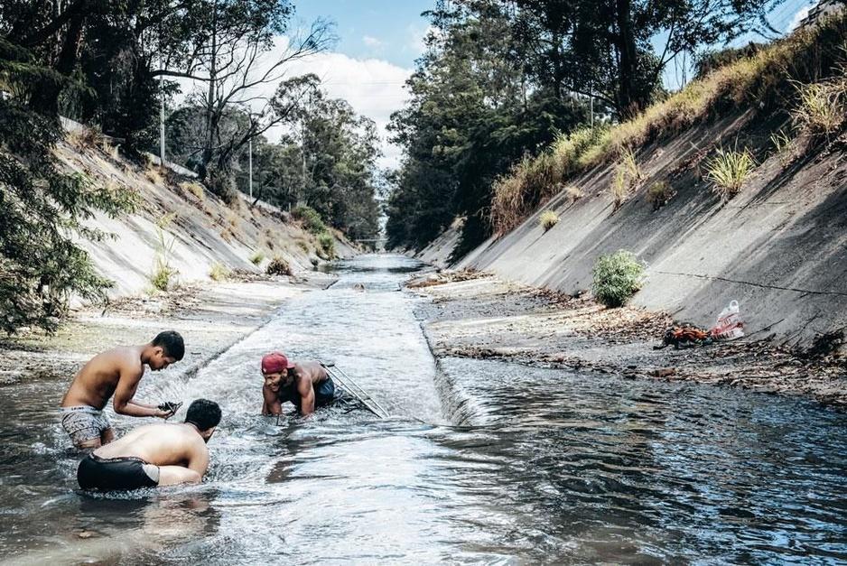 Ils scrutent le fond d'une rivière polluée pour trouver des métaux à revendre pour survivre à Caracas (En images)