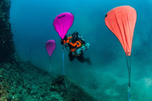 Duikers verwijderen twee ton aan plastic spooknetten van de Griekse zeebodem