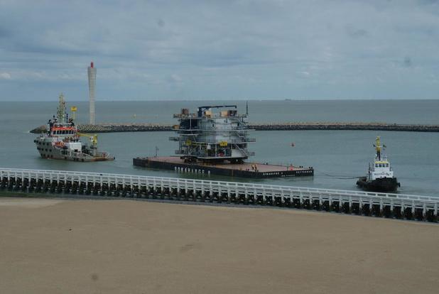 Gigantisch transformatorstation vanuit Oostende op weg naar windturbinepark op zee