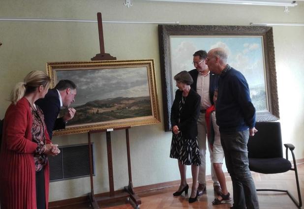 Nederlandse familie overhandigt het schilderij aan burgemeester en schepenen van De Panne