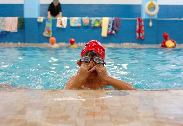 'Waarom moet een kind van vijf jaar al kunnen zwemmen?'