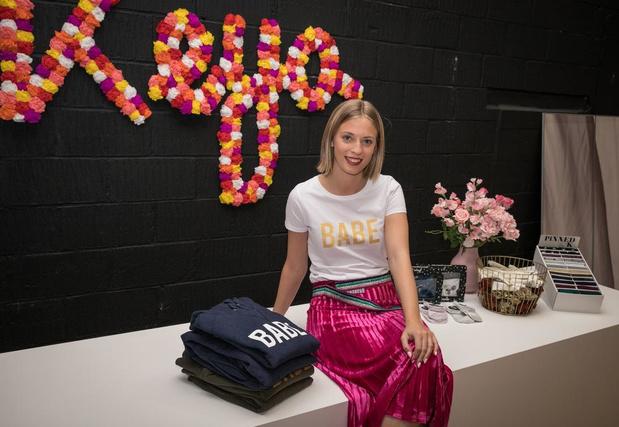 Keya verkoopt haar eigen ontwerpen in nieuwe winkel