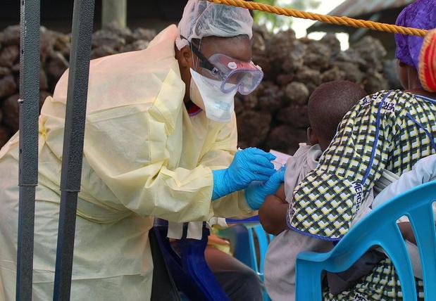 Epidémie d'Ebola : bientôt un deuxième vaccin, l'OMS critiquée
