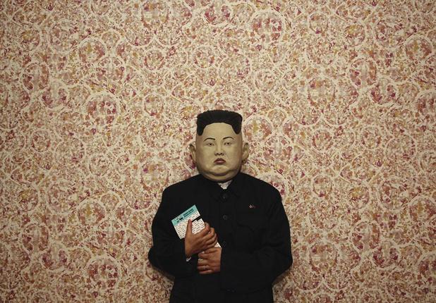 Dj Bus Replacement Service draait met een masker van Kim Jong-un op en droomt van Tomorrowland